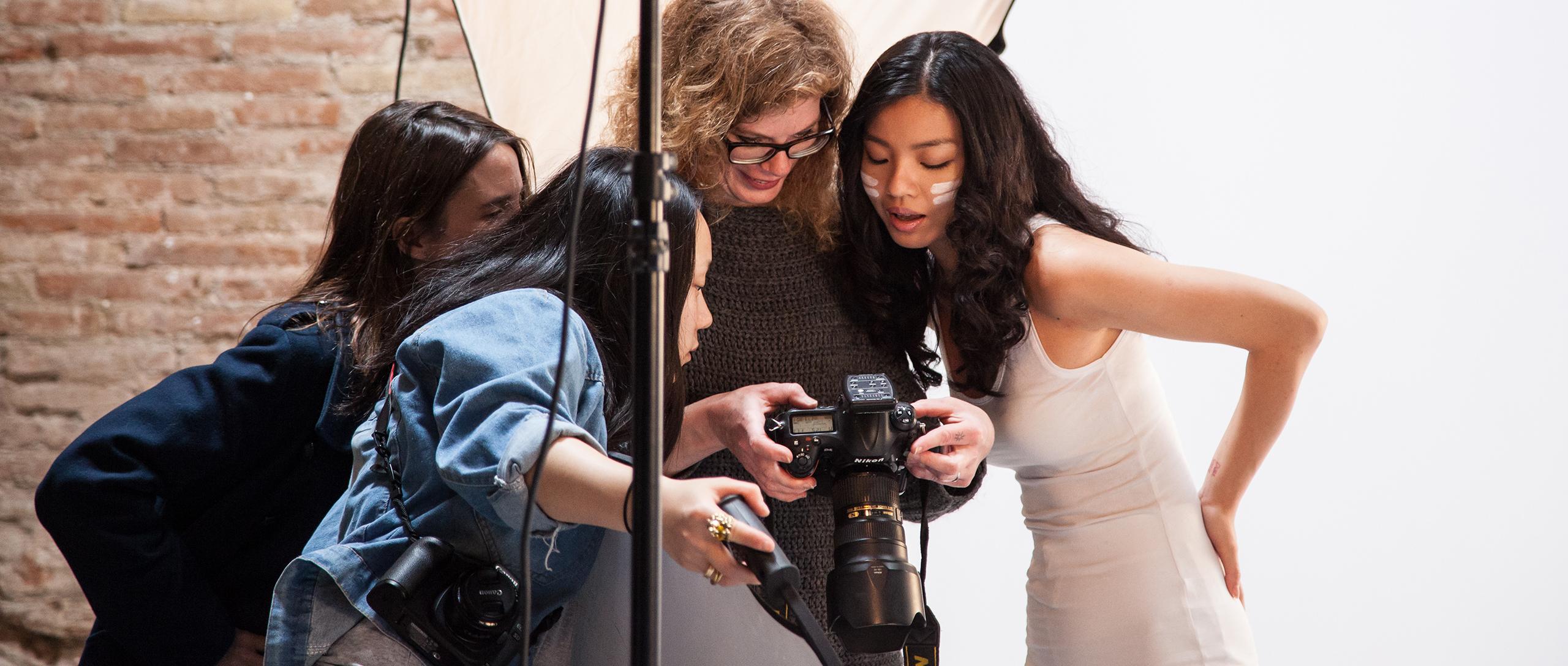Katherin Wermke con alumnas en Barcelona Photographer Studio